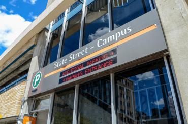 Imagen de la entrada al garaje del campus de State Street